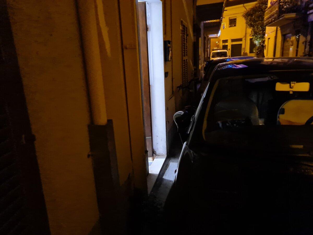 Distanza parcheggio da portone di ingresso e finestre al piano terra.