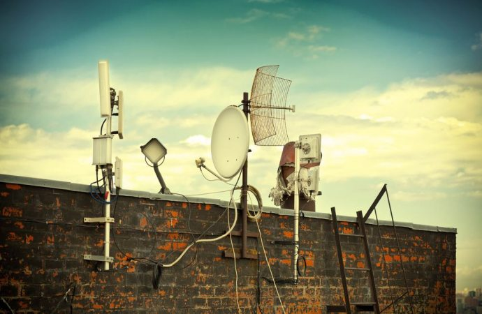 Antenne in condominio. L'antenna centralizzata e quella autonoma. Il segnale analogico terrestre, quello digitale e l'impianto satellitare. Differenze normative.
