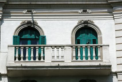 Il sottobalcone è parte comune perché incide sul decoro architettonico. La presa di posizione del Tribunale di Novara