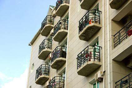 Balconi in condominio: gli interventi modificativi possono ledere il decoro di uno stabile già alterato in precedenza.