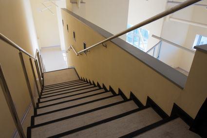 Appartamento con ingresso su due diverse scale che cosa for Chiusura vano scala interno
