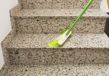 Il servizio di pulizia delle scale nel condominio parziale: come decidere per l'assegnazione dell'incarico