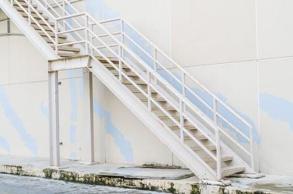 La realizzazione di una scala poggiata sulla facciata laterale dell'edificio può alterare il decoro architettonico