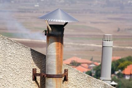 Canna fumaria in condominio: perché, quando e come la legge impone di scaricare i fumi al di sopra del tetto