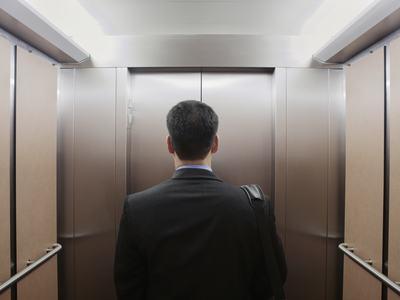Crollo di un ascensore: il condominio non è responsabile se gli occupanti superano il peso di massimo carico
