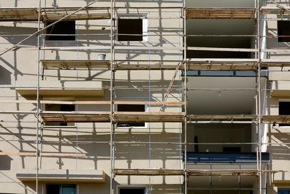 Dei furti in condominio commessi tramite l'uso dei ponteggi può risponderne anche la compagine