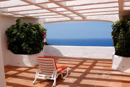 Se la tettoia limita il diritto di veduta del proprietario, il giudice può ordinarne la rimozione