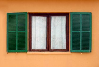"""Il proprietario di un appartamento ad un """"piano alto"""" può installare senza problemi delle persiane alle sue finestre"""