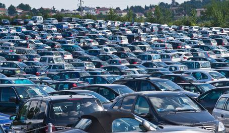 Il parcheggio che disturba il vicino può essere penalmente rilevante: condomino condannato per violenza privata