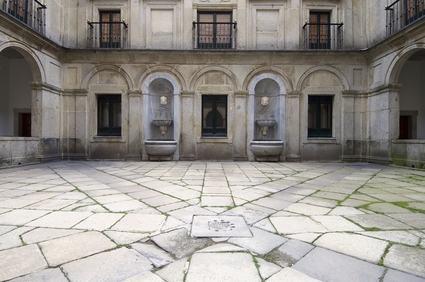 Se il cortile funge da copertura dei locali interrati le spese di manutenzione si ripartiscono in base all'art. 1125 c.c.