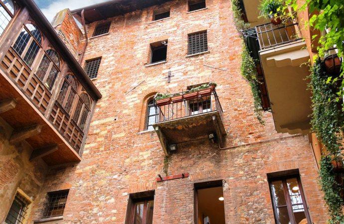 I balconi aggettanti sono di proprietà esclusiva ma nella ristrutturazione i condomini devono comunque rispettare il decoro