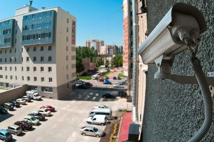Non commette reato il condomino che fa installare delle videocamere nel parcheggio condominiale