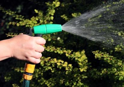 Acqua comune per innaffiare un giardino esterno al condominio. Come vengono ripartiti i costi?