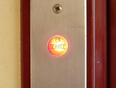 Infiltrazioni d'acqua che creano macchie di umidità e bloccano gli ascensori. Paga il costruttore