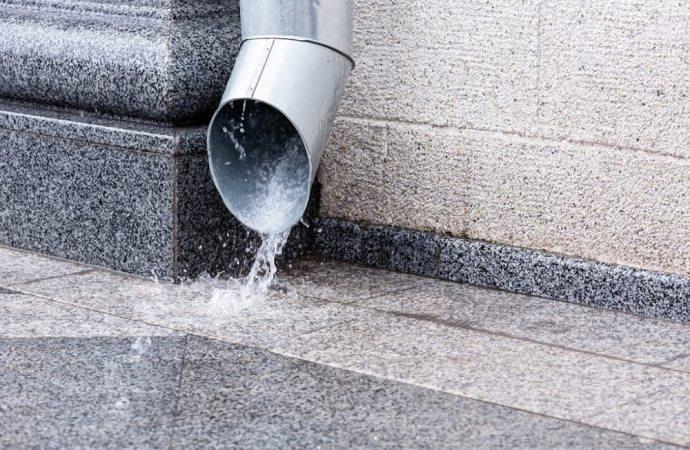 Lo scarico dei pluviali condominiali sulle terrazze a livello di proprietà costituisce una servitù di stillicidio
