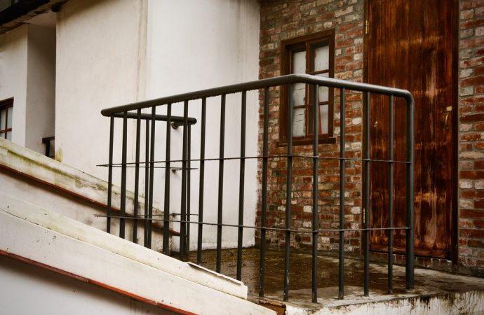 Ripartizione delle spese per i muri perimetrali e le ringhiere: qual è il criterio applicabile?