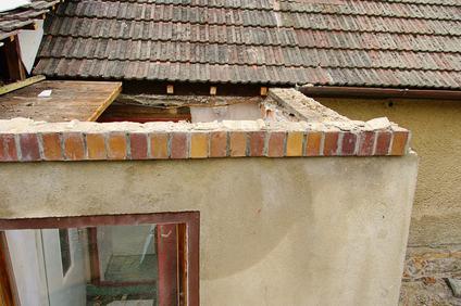 Crolla una parte del camino ed il tetto è pericolante: i lavori sono urgenti ed il condomino ha diritto al rimborso della spesa