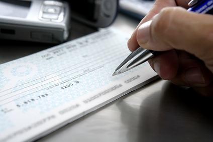 Assegno del condominio scoperto? Se l'amministratore lo firma senza specificare di essere il legale rappresentante è giusto protestare lui
