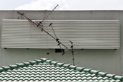 Si può essere condannati, anche senza essere visti, se si danneggia l'antenna del proprio vicino?
