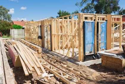 Ricostruire un immobile crollato? Si può anche senza permessi.