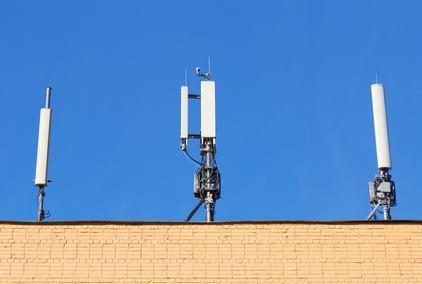 L'inquilino scappa perchè le antenne per telefonia cellulare sul tetto sono troppo rumorose. Si al risarcimento del danno.
