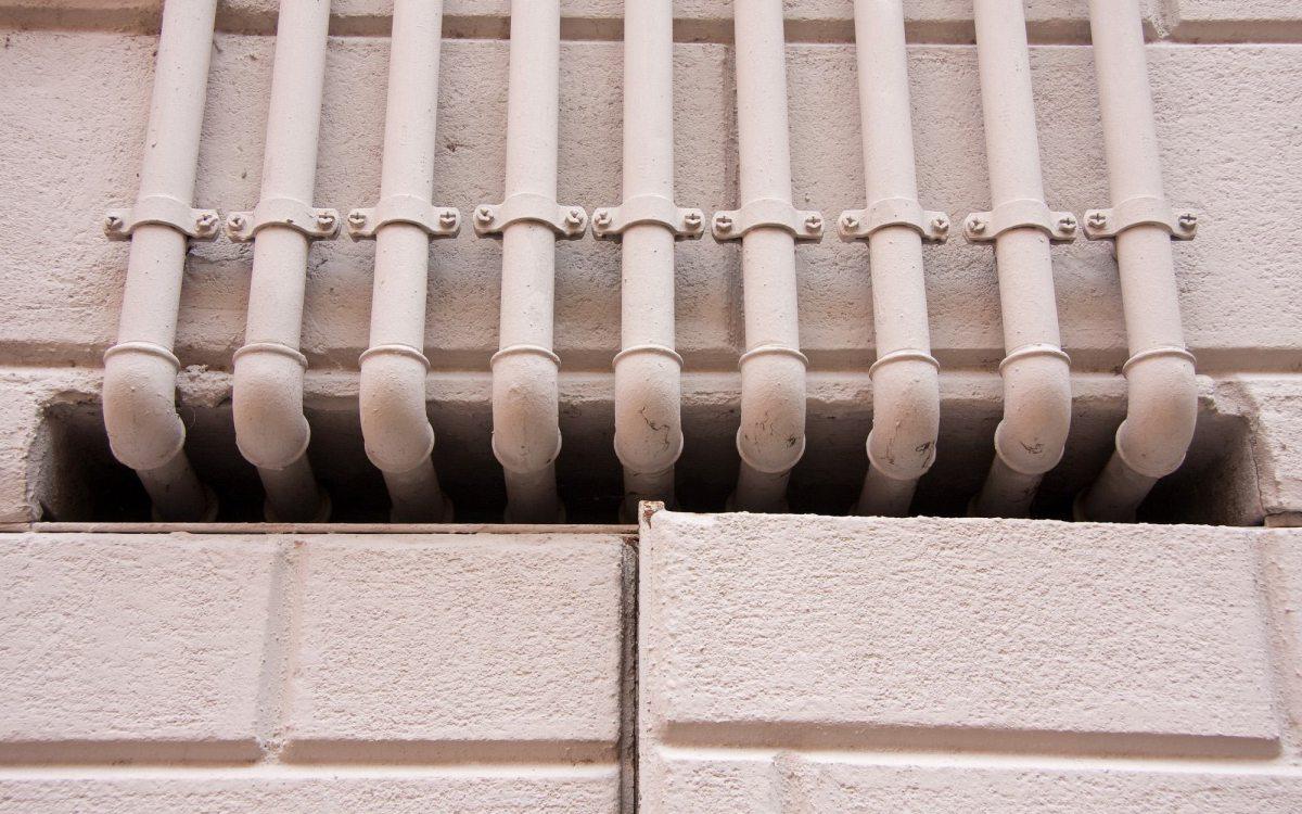 Tubi del gas sui muri condominiali? Nessun illecito, ma devo dirlo un giudice