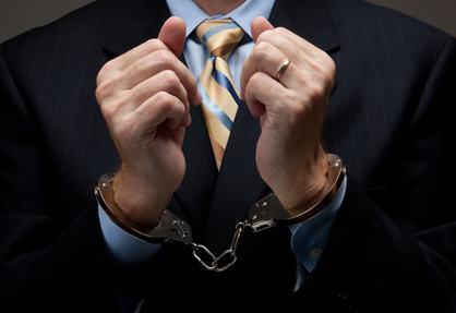 Commette reato l'amministratore che non rispetta la sospensione di una delibera disposta dal Giudice