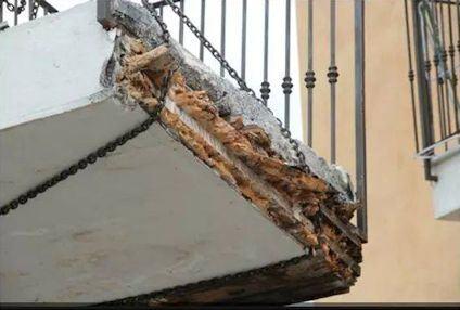 Crollo di un balcone in una palazzina per terremotati a L'Aquila.