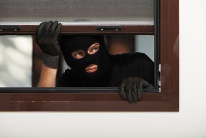 """Il ladro che ruba in un condominio grazie ad un ponteggio """"incastra"""" i derubati, a meno che…"""