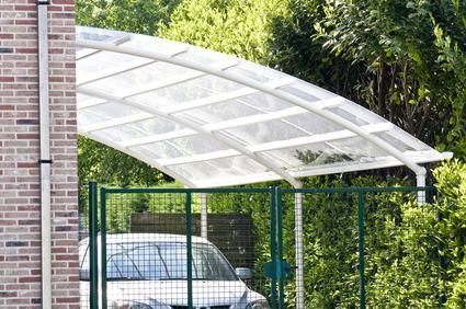 Quali sono le maggioranze necessarie per deliberare l'installazione di una tettoia in plexiglas all'ingresso dell'edificio?