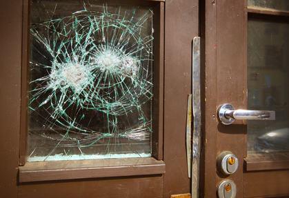 Rottura del vetro del portone condominiale derivante dal cattivo funzionamento.