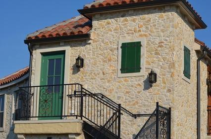 Ampliamento dell'abitazione mediante sopraelevazione, nuova costruzione e rispetto delle distanze