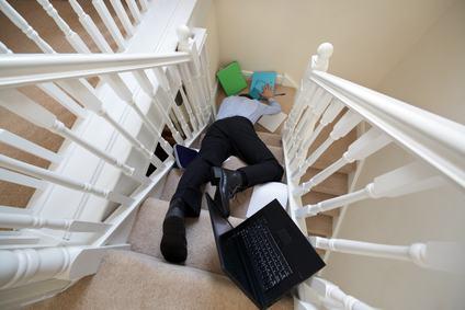 Interruzione dell'illuminazione e caduta dalla scale condominiali.