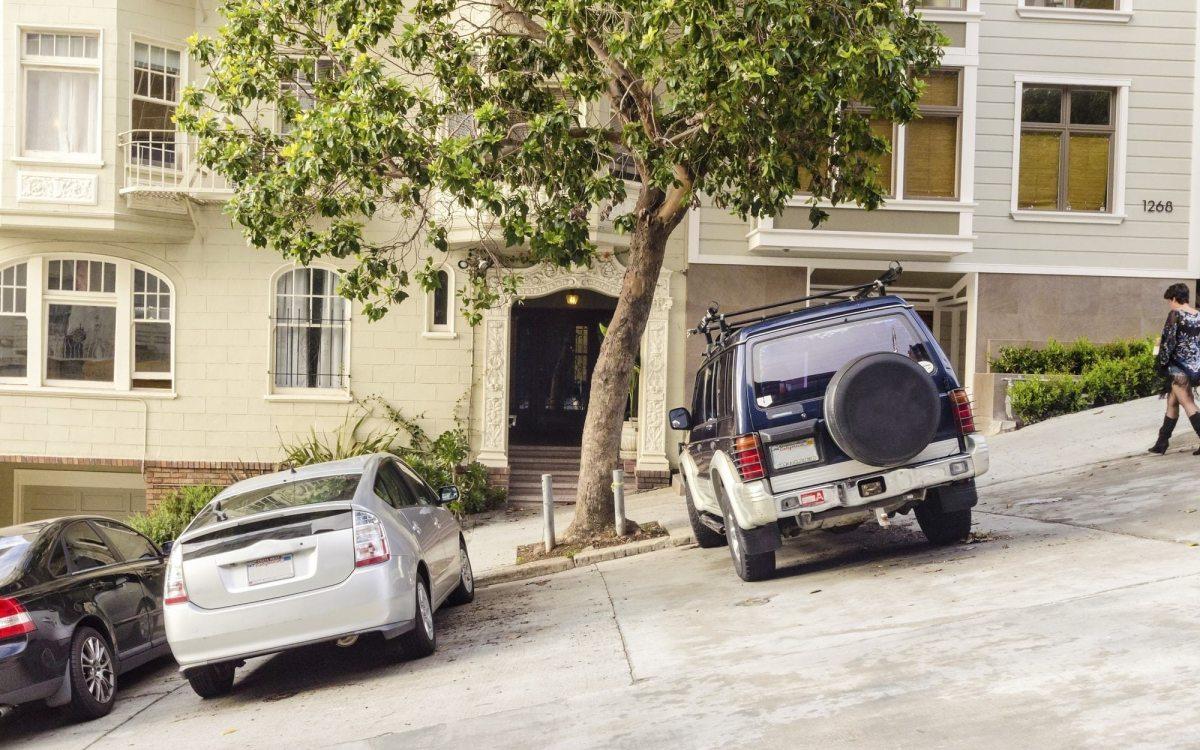 Parcheggio sulla proprietà del vicino, perché si può parlare di usucapione della proprietà e mai di servitù?