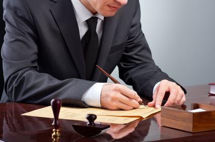 Responsabile il notaio se non effettua le visure per verificare l'assenza di vincoli che possono impedire la commerciabilità di un immobile.