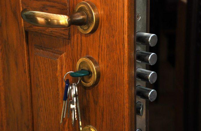 Sostituzione di una porta con un portoncino blindato for Rivestire porte vecchie