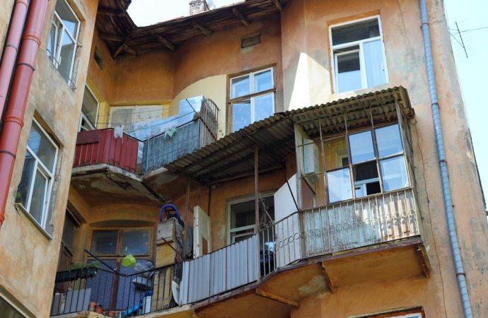 Trasformare un balcone in veranda vuol dire andare incontro a contestazioni per la violazione del decoro architettonico