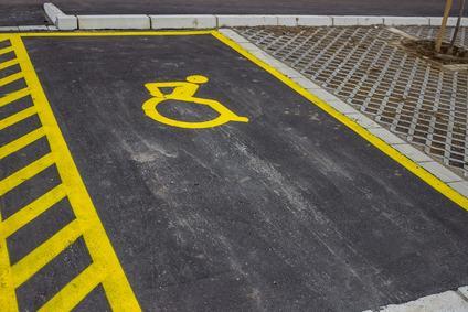 Il condomino diversamente abile ha sempre diritto a parcheggiare sotto casa?