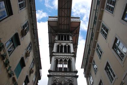 Non lede il diritto di proprietà l'ascensore installato a mezzo metro dal balcone del condomino.