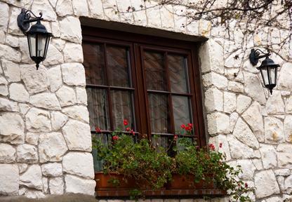 Il vicino eccepisce la servitù ma le finestre restano.