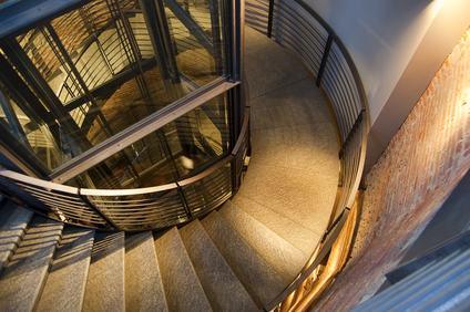 Installare l'ascensore all'interno della tromba delle scale anche se comporta una riduzione dei pianerottoli