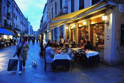Il ristorante produce nuvole di fumo, rumori eccessivi e cattivi odori. No all'installazione della canna fumaria.
