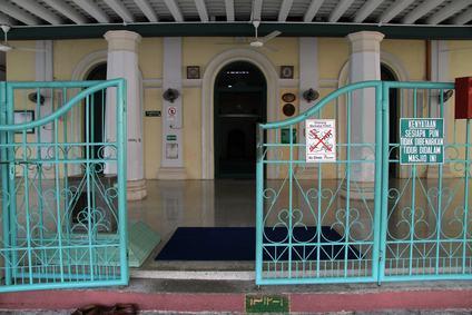 Il cancello condominiale rimane aperto fino all'orario di chiusura del negozio