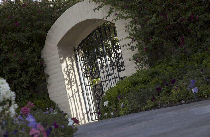 Cancello che chiude il fondo servente, c'è aggravamento della servitù solo se il proprietario del fondo dominante lo dimostra
