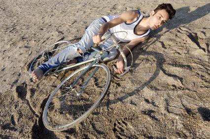 Cade dalla bicicletta percorrendo il viale condominiale sporco di detriti. Il condominio è responsabile