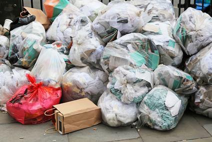 Basta spazzatura sotto le finestre. Il Comune può obbligare il vecchio condominio a smaltire i rifiuti in un apposito locale