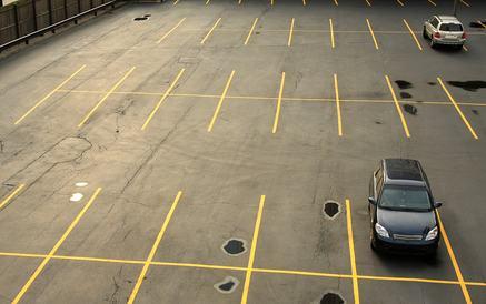 Divieto di chiusura del parcheggio se prospiciente alla via pubblica