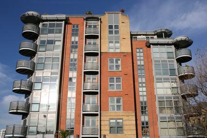 Gli interventi di riqualificazione energetica non valgono a sanare le violazioni dei parametri di altezza e distanza degli edifici.