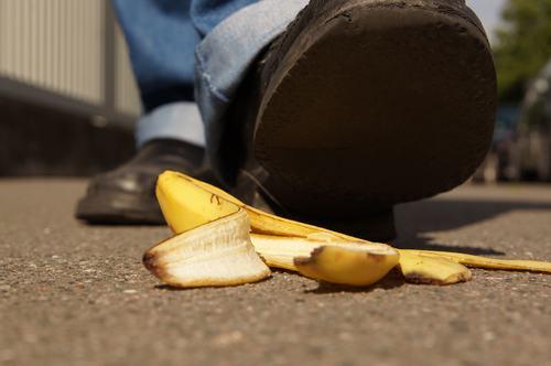 Condomino cade a causa di irregolarità presenti nel portico condominiale, risarcimento