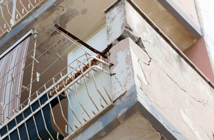 paga la sostituzione della ringhiera del balcone aggettante?